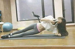 有趣的翘臀女子现身健身房图片