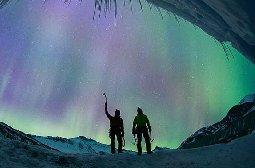 冰川遇罕见极光 美如梦幻般的景观