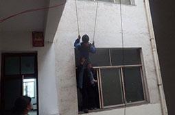 小孩用电线缠腰下楼的奇趣图片
