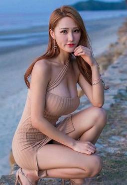 大胸美女性感包臀开叉裙海边摄影图片