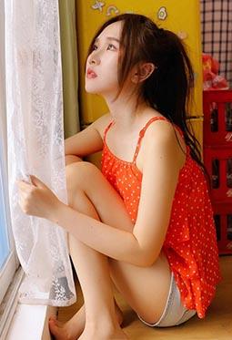 肤白貌美清纯女生撩人长腿室内写真图集