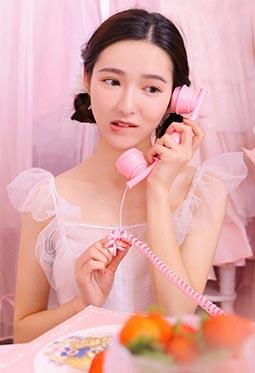笑容甜美居家清纯粉嫩女生图片大全
