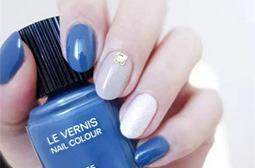 手白的女生代言蓝色美甲效果图