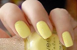 充满活力的纯黄色简单美甲图片