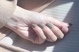 法式墨绿色气质跳色美甲图片大全