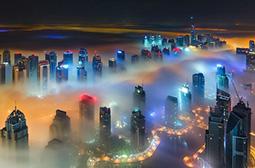 高空拍摄雾中的迪拜城市夜景图片