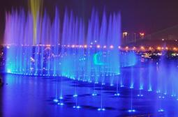 夜色下美丽的蓝色唯美灯光大喷泉图片