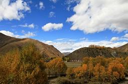 蓝天白云下美丽的山水风景图片大全