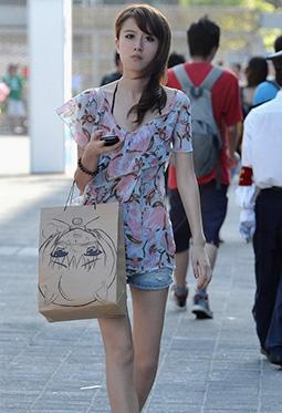重庆街拍长腿美女时尚热裤美腿照片