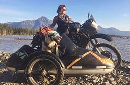 有意思的美女带机车犬旅行图片