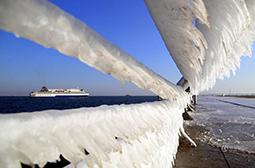 摄影海边护栏形成的冰川挂坠图片
